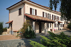 Vacation Rental in Piemonte Italy - Cascina Moasca self catering holiday farmhouse with Hot Tub in the Monferrato region of Piemonte Italy.
